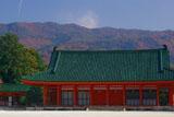 平安神宮 神楽殿と紅葉の東山