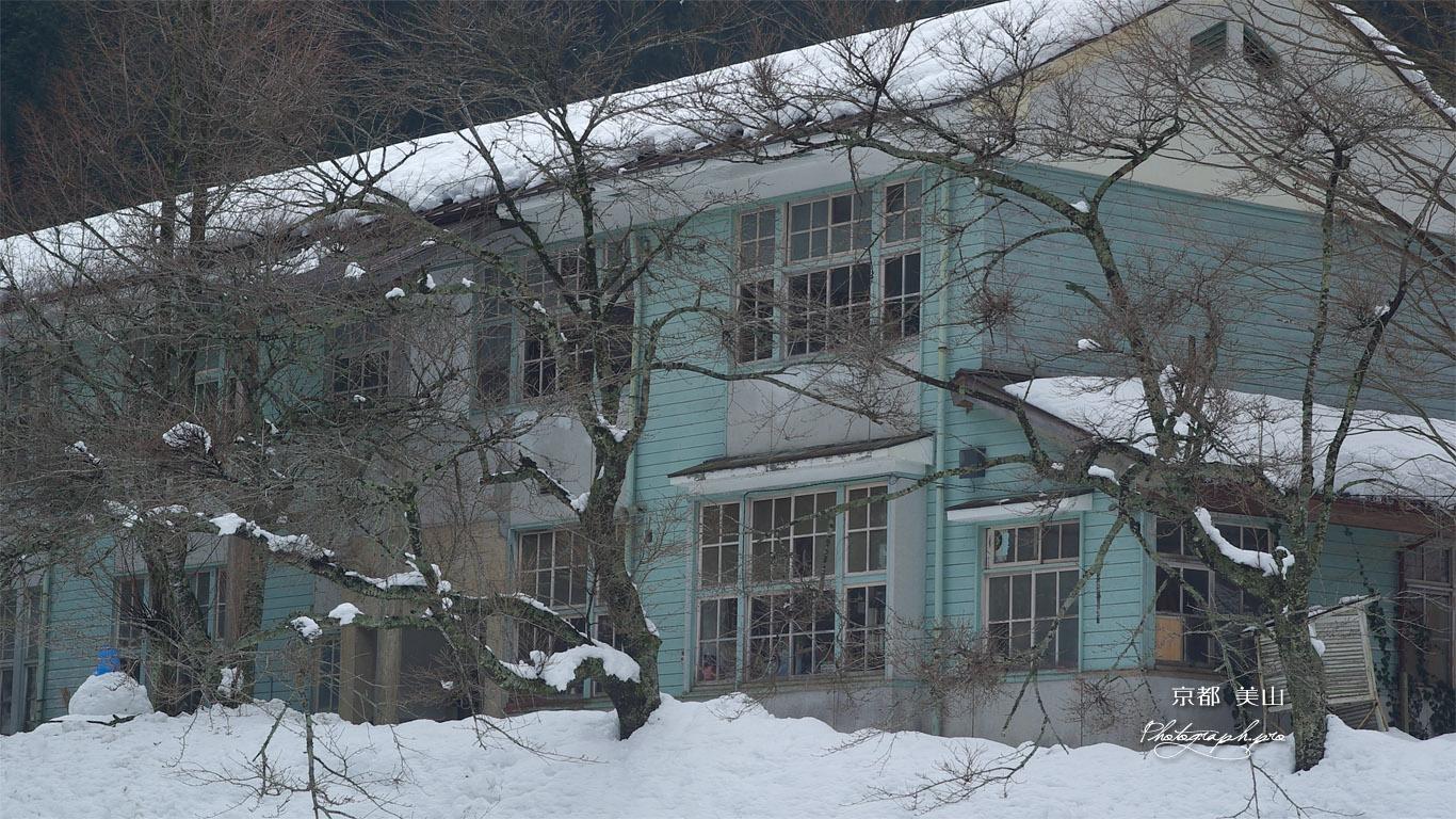 美山 雪化粧の美山高校 壁紙