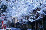 雪化粧の貴船料理旅館街