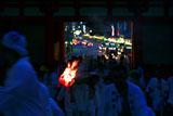 神輿渡御 八坂神社西楼門の大松明