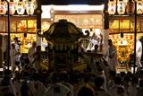 祇園祭 八坂神社舞殿に担ぎ入れる神輿