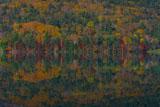 湖面に映る山肌
