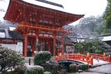 雪降る上賀茂神社楼門