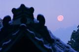 大豊神社 雪化粧の拝殿と有明月