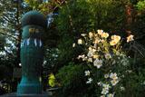 荏柄天神社の秋明菊と絵筆塚