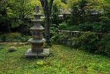 東慶寺 リンドウと宝塔