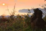 衣張山の五輪塔と夕日