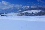 雪原の足跡と夕張山地