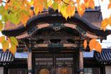 東本願寺 紅葉と菊の門