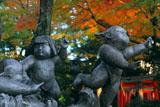 京都上御霊神社 清明心の像と紅葉