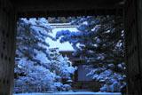 西明寺山門越しの雪の境内