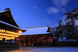 八坂神社 雪化粧の舞殿と本殿