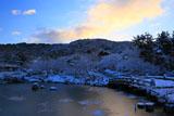 円山公園 雪化粧の瓢箪池と朝焼け