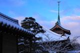 ねねの道 雪化粧の祇園閣