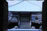 大雲院 山門越しの雪化粧の本堂