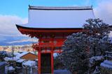 雪の清水寺仁王門と京都市街