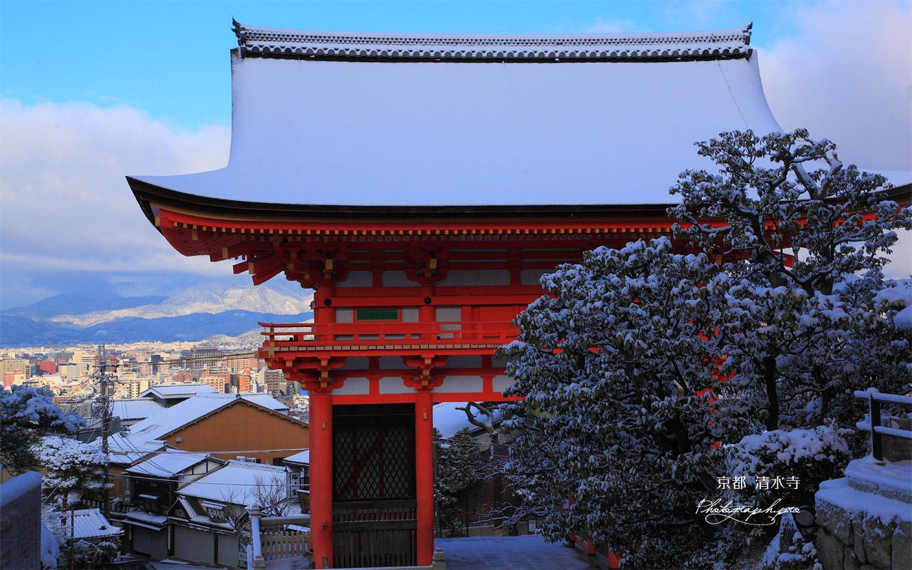 雪の清水寺仁王門と京都市街 壁紙