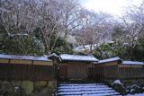 雪化粧した瑠璃光院山門
