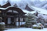 雪降る毘沙門堂玄関