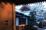 長徳寺 山門越しの雪景色