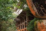 笠置寺 千手窟岩と正月堂の懸造り