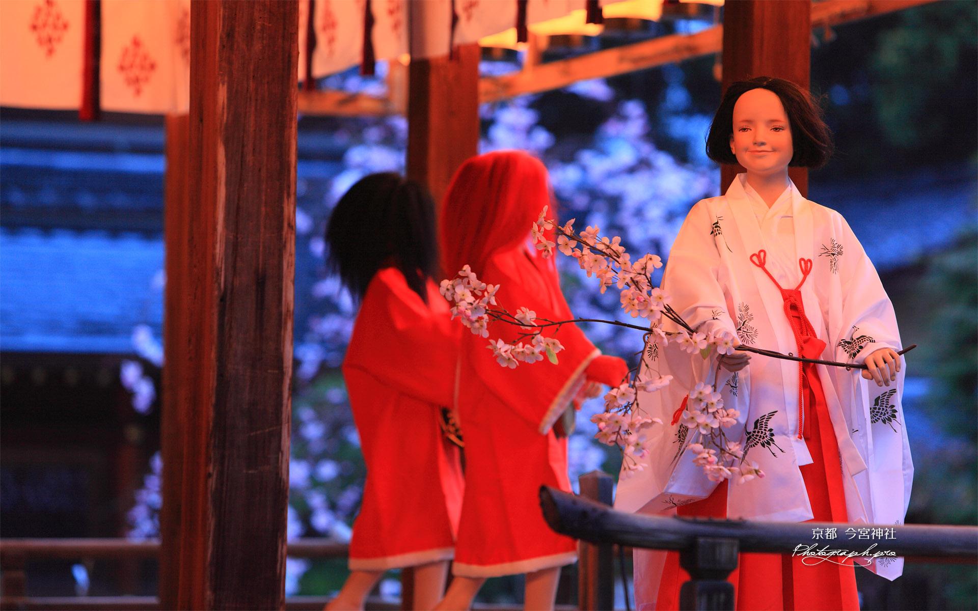今宮神社 拝殿の巫女と赤黒毛の鬼