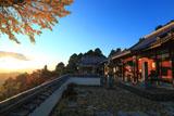 三鈷寺 朝陽を浴びる本堂