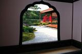 大徳寺興臨院 火灯窓越しの紅葉と方丈