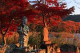 広沢池 観音像と紅葉