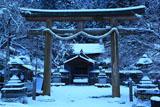 京北 雪化粧の黒田町春日神社