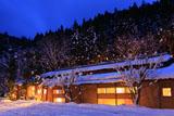 京都花脊 雪化粧の美山荘川の棟
