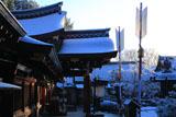 今宮神社 淡雪の本社向拝と破魔矢