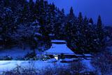 京都花脊 雪明りの別所町の民家