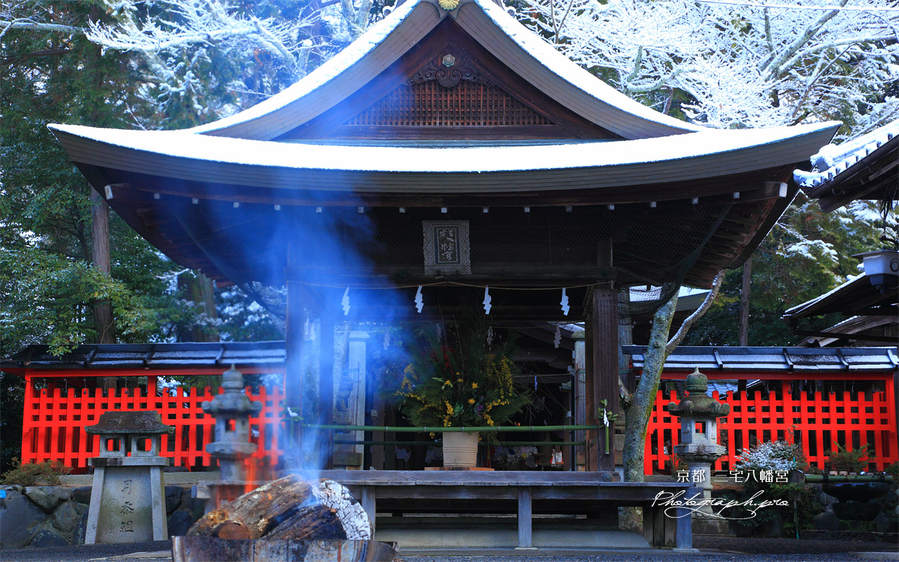 三宅八幡宮 焚火と雪化粧した拝殿 壁紙