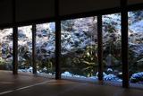 蓮華寺 書院から雪化粧の庭園