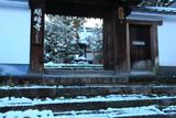 明暗寺 山門越しの雪景色