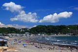 鎌倉材木座 夏雲と海水浴客