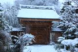 成就院 雪降る山門