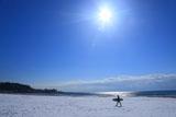 材木座 雪原を歩くサーファー