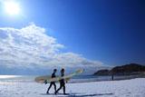 由比ヶ浜 雪原海岸のサーファー