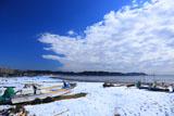 由比ヶ浜 雪原の陸揚げボート