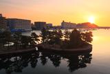 日の出の平潟湾と琵琶島神社