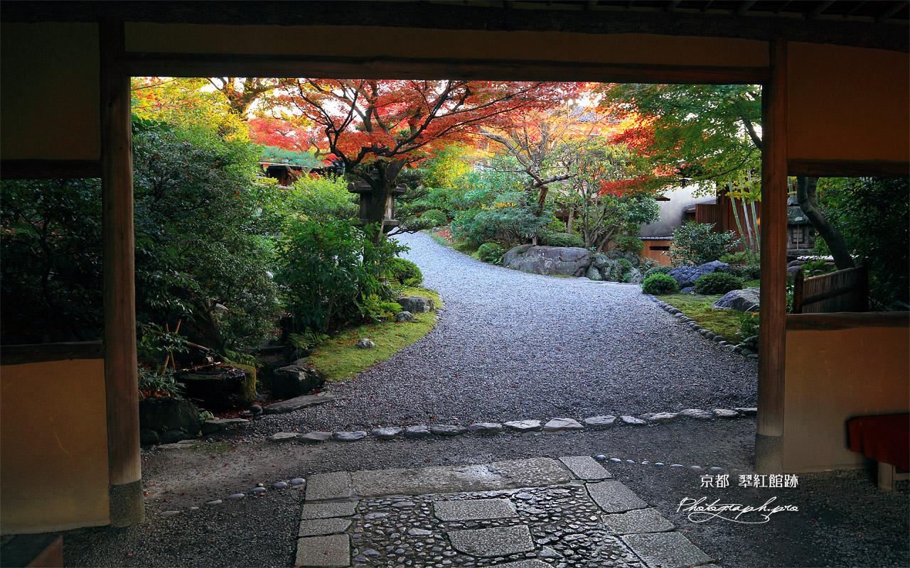 京大和の山門越し紅葉 壁紙