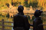 伏見 龍馬とお龍像に柳黄葉
