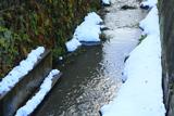 残雪の十王堂橋下の小袋谷川