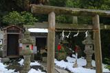 五所神社 残雪の石上稲荷社と石像板碑