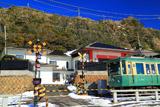 江ノ電と残雪の顕証寺