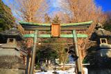 鎌倉 諏訪神社鳥居越しの雪参道