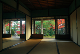 岩倉具視幽棲旧宅 主屋越しの紅葉庭園