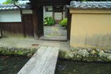 上賀茂社家町 門越しのカンゾウとカシワバアジサイ
